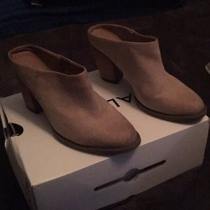 Tan clogs size 7 perfect condition